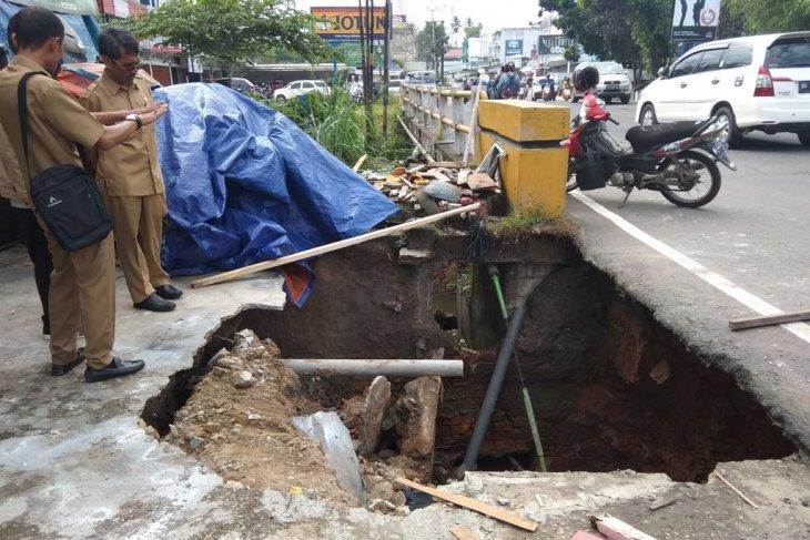 Lubang menganga di Jalan Gajah Mada  akibat tanah amblas