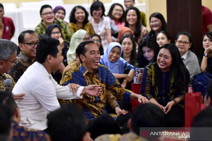 Jokowi listens to stories of palace journalists