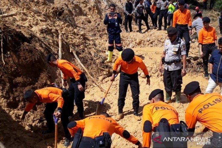 15 jam terkurung longsoran di Bogor, enam penambang selamat