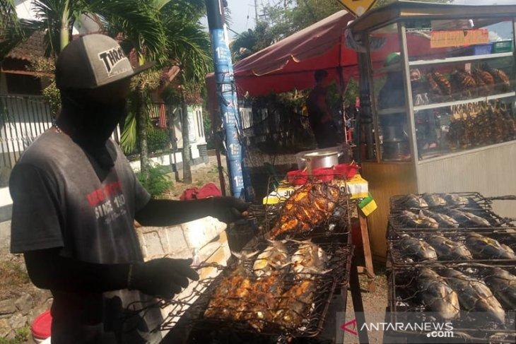Ikan bakar bumbu kecap laku keras di Banda Aceh