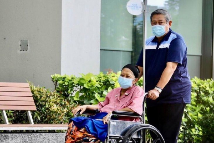 "Ani Yudhoyono reportedly moved to ""ICU"" in Singapore"
