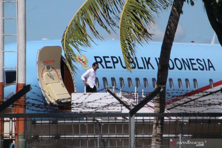 President Jokowi and entourage land at El Tari Kupang Airport