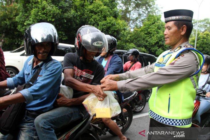 Polisi bagikan takjil ke pengendara