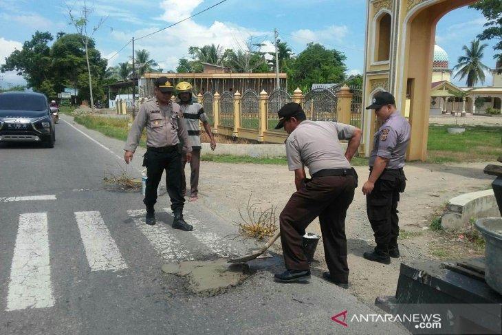 Polres Singkawang dan warga tambal jalan provinsi yang berlubang