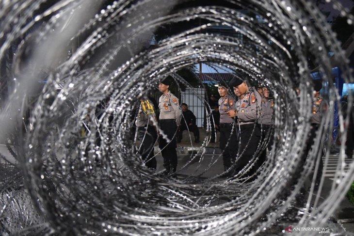 Aparat keamanan siaga di KPU menyambut kepulangan massa aksi 22 Mei