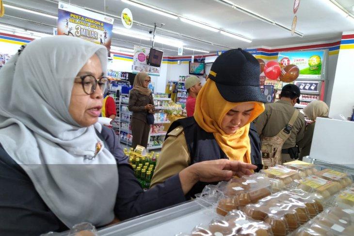 Buah-buahan busuk ditemukan di sebuah minimarket di Purwakarta