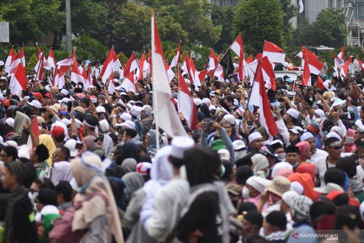 Di halaman belakang Sarinah polisi dan massa aksi buka puasa bersama