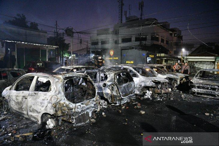 Belasan mobil di sekitar Asrama Brimob Petamburan terbakar