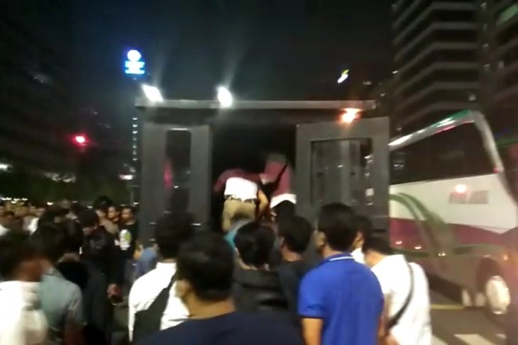 Aparat kembali amankan sejumlah massa yang bertindak rusuh di Jakarta