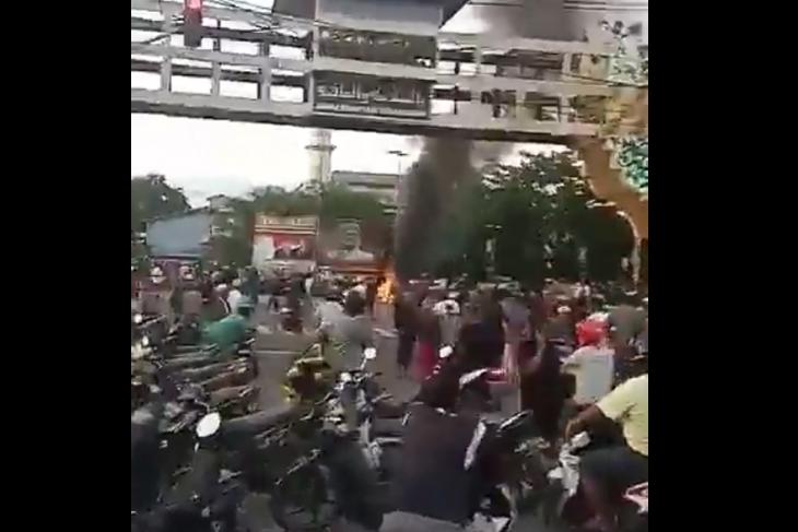 Ruas jalan dari jembatan Landak-Kapuas I Pontianak ditutup massa