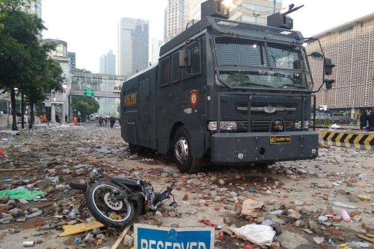 Brimob disperses rioting mob outside Bawaslu building