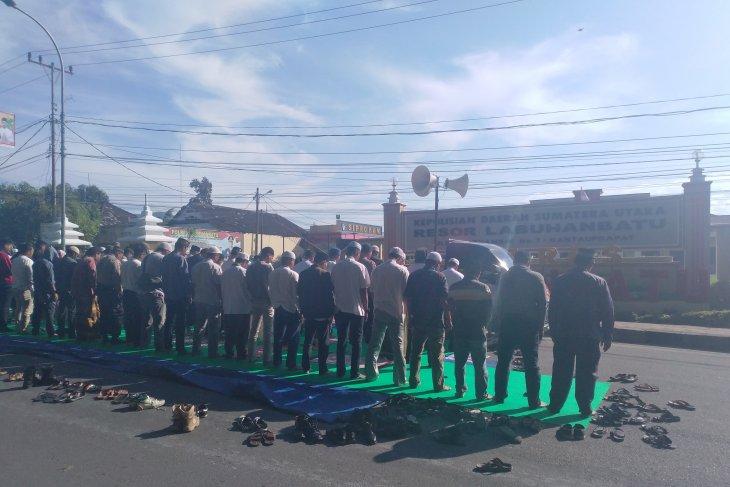Aliansi umat Islam Labuhanbatu Shalat gaib untuk Ustad Arifin Ilham dan korban kerusuhan