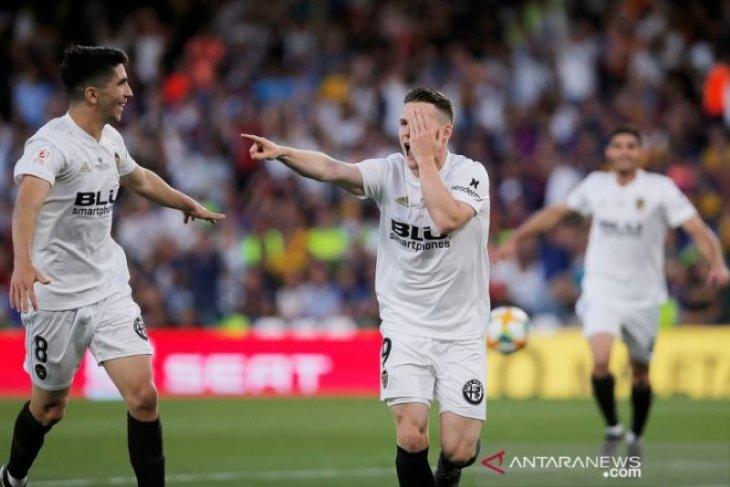 Valencia jungkalkan Barcelona dan angkat trofi Piala Raja