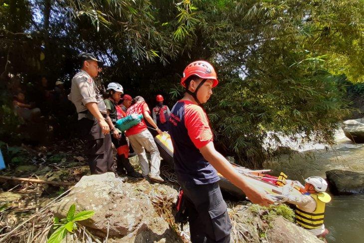 Waduh, tiga buruh bangunan di Sukabumi terjatuh ke sungai satu tewas