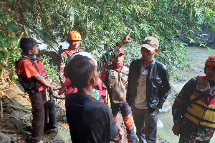 Tim SAR melanjutkan pencarian buruh bangunan yang terseret arus sungai