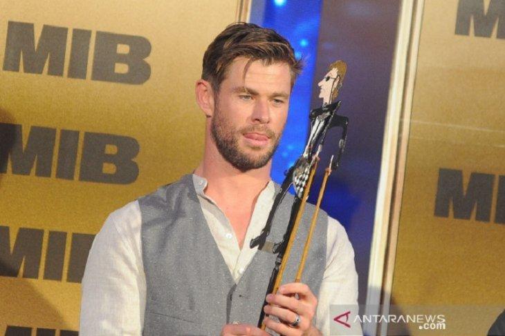 Jumpa fans di Bali, Tom Holland dan Chris Hemsworth main wayang