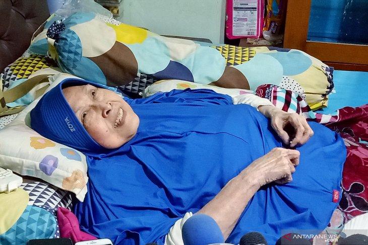 Aminah Cendrakasih tetap berpuasa meski  sakit