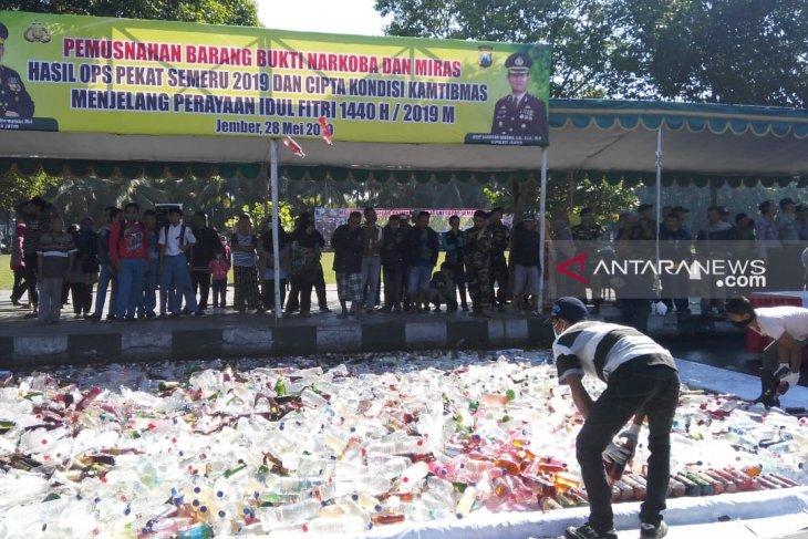 Jelang Lebaran, Polres Jember musnahkan ribuan botol miras dan narkoba