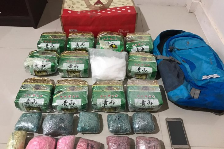 Three busted in Riau for smuggling 10 kg meth from Malaysia