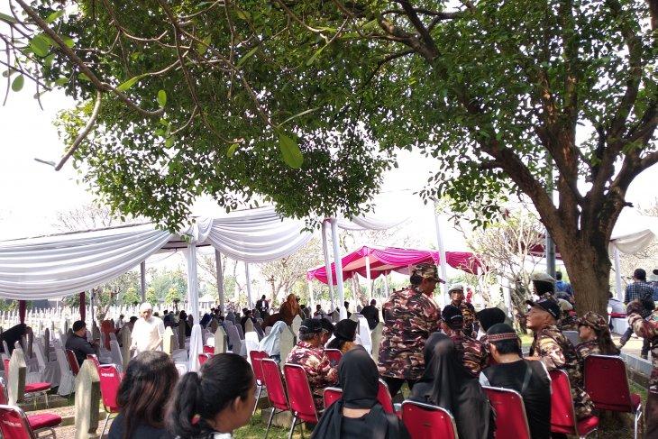 Warga berdatangan menyaksikan pemakaman Ani Yudhoyono