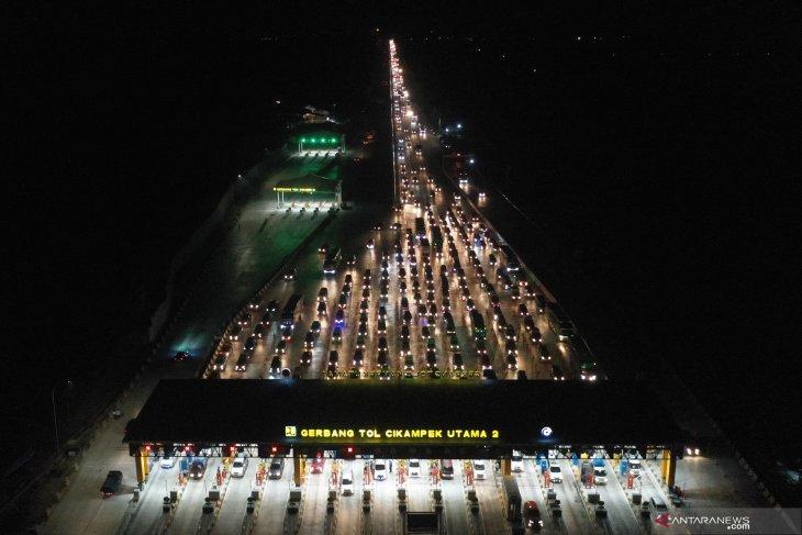 Tol Cipali hingga Tol Cikampek-Jakarta padat merayap