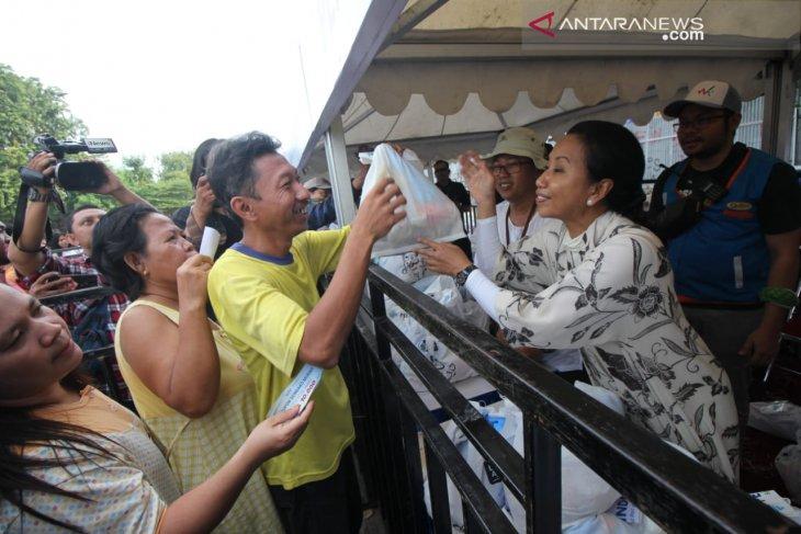 Menteri BUMN bagikan sembako murah di Surabaya