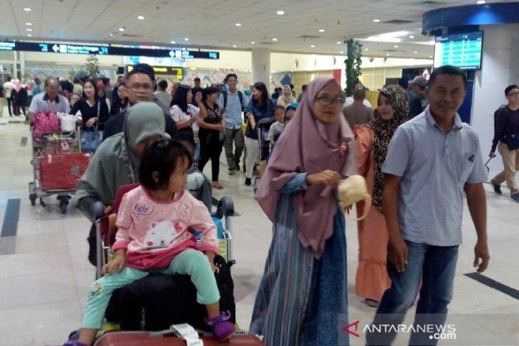 Pemudik melalui Bandara Internasional Kualanamu terus  berdatangan