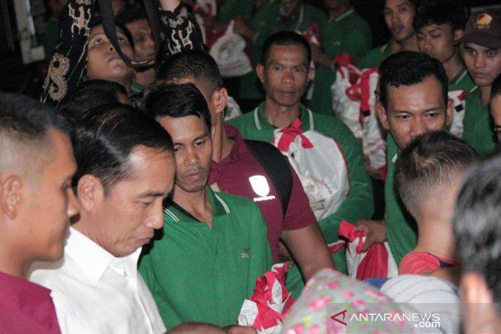 Presiden Jokowi bagikan sembako di gerbang utama Istana Bogor