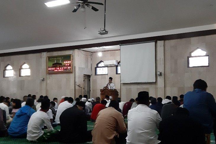 Mendagri dan warga  sholat Idul Fitri di Kompleks Widya Chandra