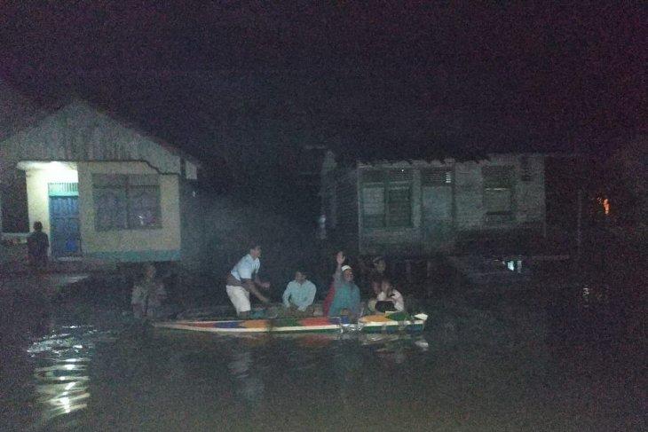 Warga Teluk Barak takbiran menggunakan perahu