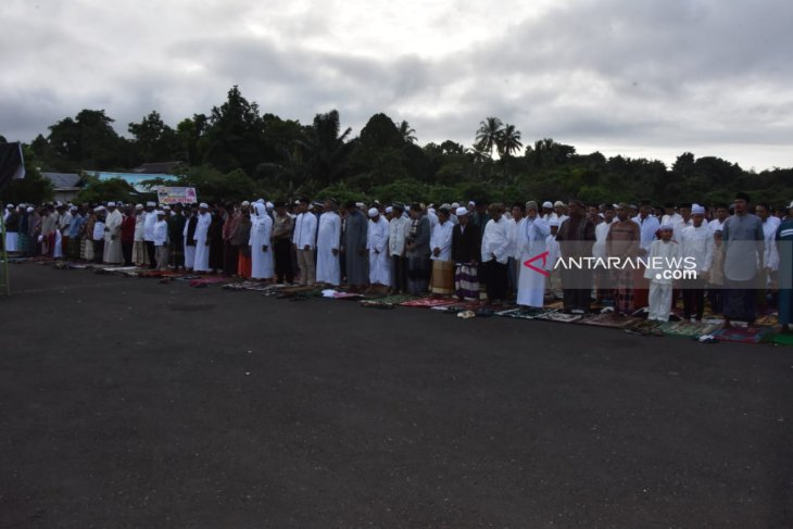 Several thousand Muslims offer Eid prayers at Sorong Airport