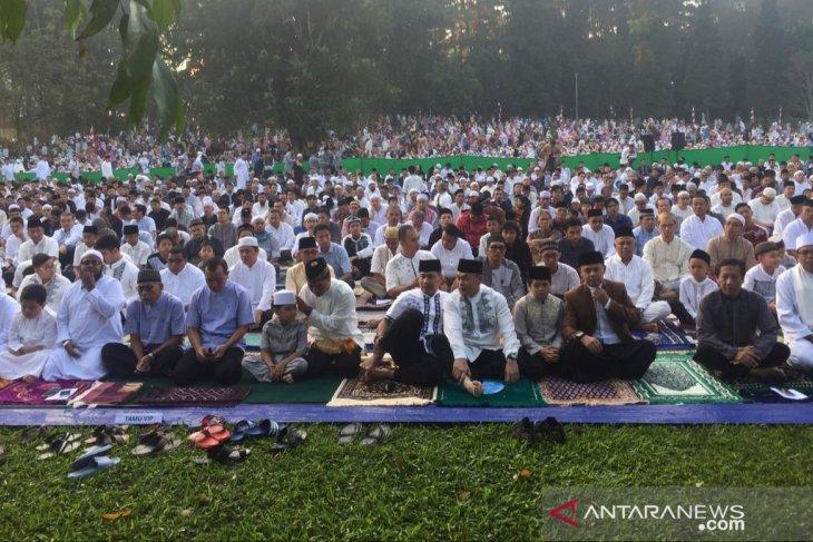 Wali Kota bersama ratusan warga shalat Idul Fitri di Kebun Raya Bogor
