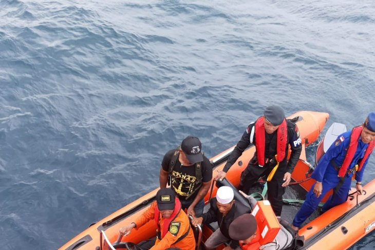 Joint SAR team rescues eight longboat passengers