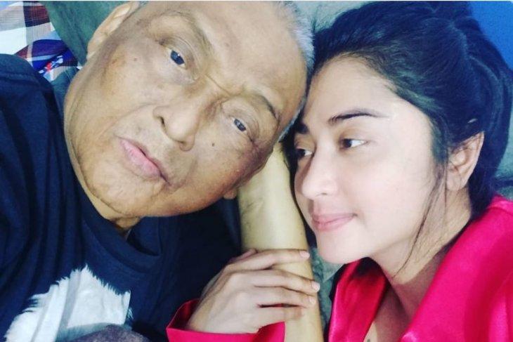 Ayah Dewi Perssik meninggal  dunia