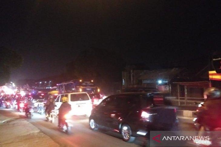 Jalan arteri Karawang macet akibat penerapan