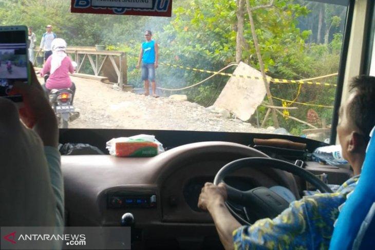 Pemudik keluhkan antrean panjang lewat jembatan darurat di Mukomuko