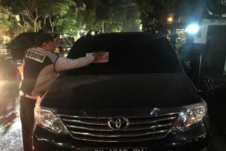 Dishub Denpasar tertibkan kendaraan langgar aturan parkir