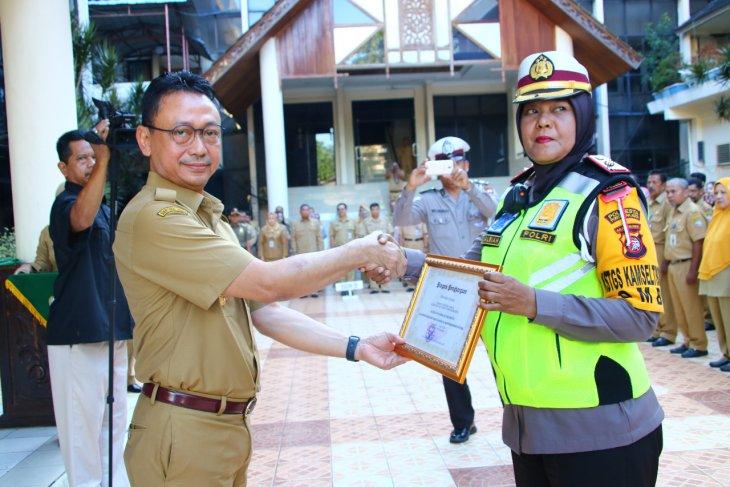 Kompol Syarifah Salbiah diberikan penghargaan oleh Pemkot Pontianak