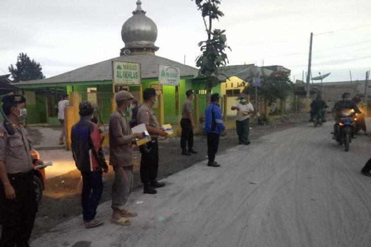 Pemkab Karo bagikan masker kepada warga terdampak erupsi Sinabung