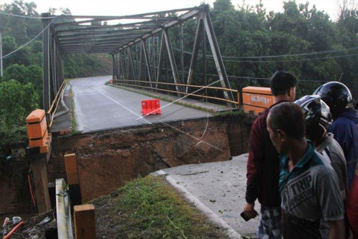 Jalan Trans-Sulawesi putus akibat banjir