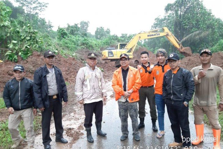 BPBD kerahkan alat berat buka jalan tertutup longsor Kotabaru