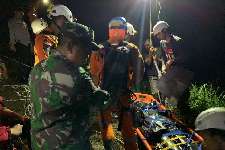 Basarnas bersama tim gabungan evakuasi korban tewas karena jatuh ke jurang di Tasikmalaya