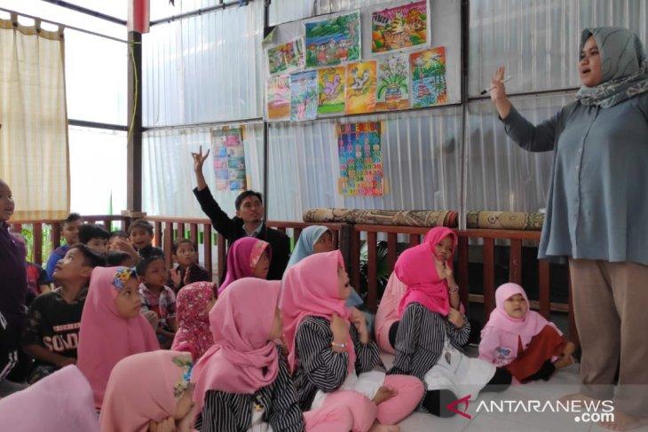 Ajarkan Bahasa Inggris untuk anak kurang mampu