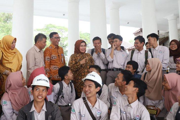 Bupati Serang bersama para penerima beasiswa