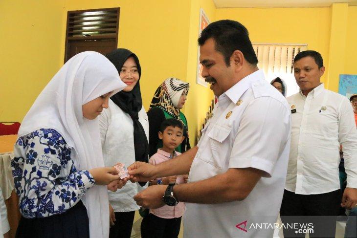 Pemkot Medan bagikan KIA pertama di Kecamatan Medan Barat