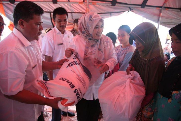 Pemkab Pandeglang serahkan huntara dan sembako pada korban tsunami