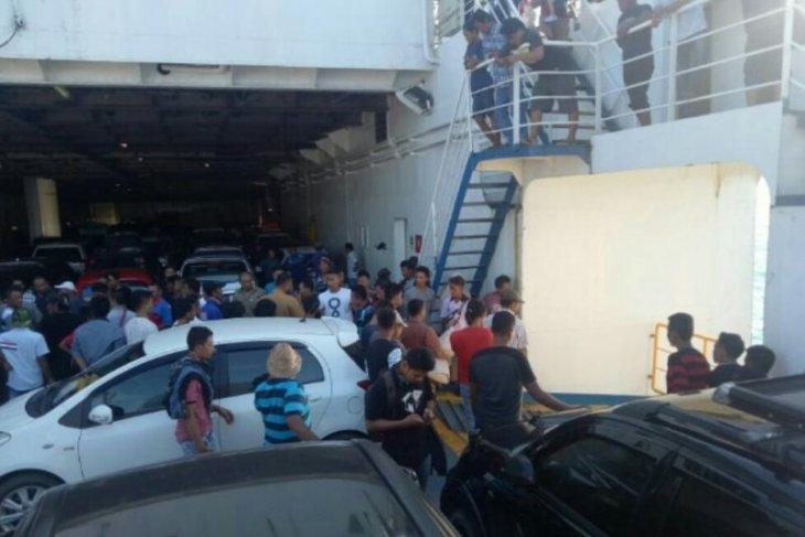 Mobil  tercebur ke Laut Sunda dari kapal feri
