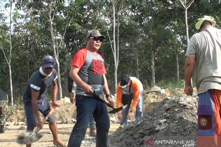 Gubernur targetkan Jalan poros Banjarbaru-Tanah Bumbu bisa dilalui 2020
