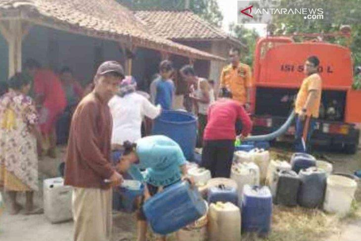 BPBD Bekasi salurkan air bersih ke kampung Cihoe akibat kekeringan