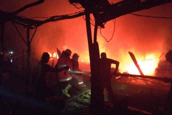 15 perahu nelayan terbakar